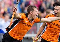 EINDHOVEN - Jelle Galema heeft de stand op 2-1 voor OZ gebracht  en viert het met Thomas Briels (r) tijdens de finale play off wedstrijd tussen de mannen van Oranje-Zwart en Bloemendaal. OZ wint met 3-2 en de titel. ANP KOEN SUYK