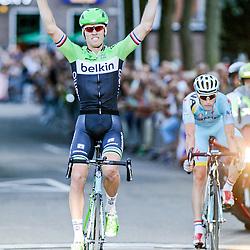 07-08-2014: Wielrennen: Profronde van Oostvorne: Oostvorne<br /> Profronde van Oostvoorne: Lars Boom wint de sprint van Lieuwe Westra die eerder nog slachtoffer van een valpartij was. van Poppel eidigt als derde