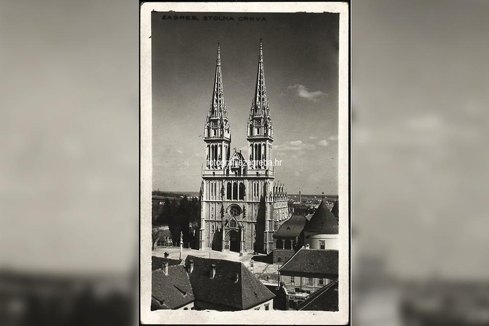 """Zagreb : Stolna crkva. <br /> <br /> ImpresumZagreb : Foto-Material od t. t. Griesbach i Knaus, [između 1929 i 1940].<br /> Materijalni opis1 razglednica : tisak ; 14 x 9 cm.<br /> SuradnikGriesbach, Ljudevit<br /> NakladnikFotoveletrgovina Griesbach i Knaus (Zagreb)<br /> Vrstavizualna građa<br /> ZbirkaGrafička zbirka NSK • Zbirka razglednica<br /> ProjektPozdrav iz Hrvatske<br /> Formatimage/jpeg<br /> PredmetZagreb –– Kaptol<br /> Katedrala Uznesenja Marijina (Zagreb)<br /> SignaturaRZG-KAP-78<br /> Obuhvat(vremenski)20. stoljeće<br /> NapomenaRazglednica nije putovala. • Na poleđini razglednice iznad razdjelne linije otisnut je monogram GLZ, vjerojatno Ljudevit Griesbach kao autor fotografije po kojoj nastaje razglednica. • U gornjem desnom kutu poleđine razglednice, na mjestu predviđenom za poštansku marku, nalazi se monogram austrijske tvornice razglednica, foto-papira itd. """"Kilophot"""" (1905.-1930.)<br /> PravaJavno dobro<br /> Identifikatori000955772<br /> NBN.HRNBN: urn:nbn:hr:238:621939 <br /> <br /> Izvor: Digitalne zbirke Nacionalne i sveučilišne knjižnice u Zagrebu"""