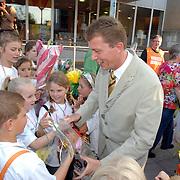 NLD/Huizen/20070524 - Avondvierdaagse 2007 Huizen, defile bij burgemeester van Gils