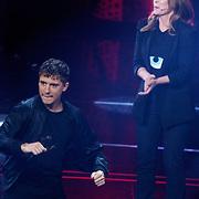 NLD/Hilversum/20190201- TVOH 2019 1e liveshow, opkomst juryleden, Little Kleine dansend