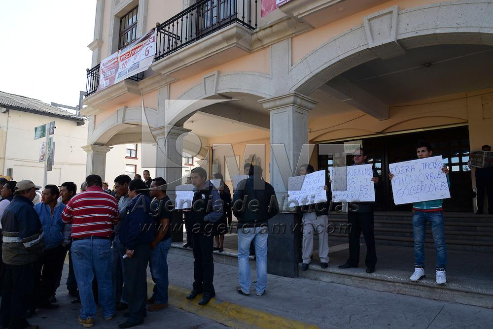 Lerma, México.- Habitantes del municipio de Lerma se manifestaron frente al palacio municipal denunciando diversos abusos que ha cometido la policía municipal en contra de jóvenes  de este municipio. Agencia MVT / Crisanta Espinosa