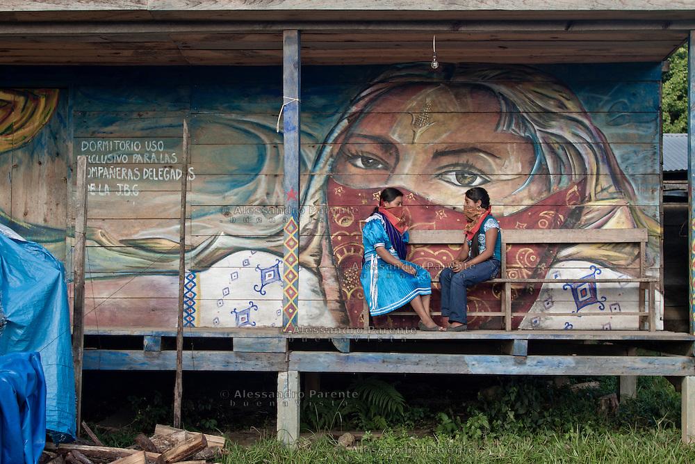 Women speaking. <br /> Mujeres discutiendo.