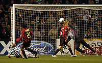 Fotball<br /> Champions League 2004/05<br /> Celtic v  AC Milan<br /> 7. desember 2004<br /> Foto: Digitalsport<br /> NORWAY ONLY<br /> Celtic's John Hartson (L) sees his header and Celtic's best chance of the first half saved by Milan goalkeeper Dida