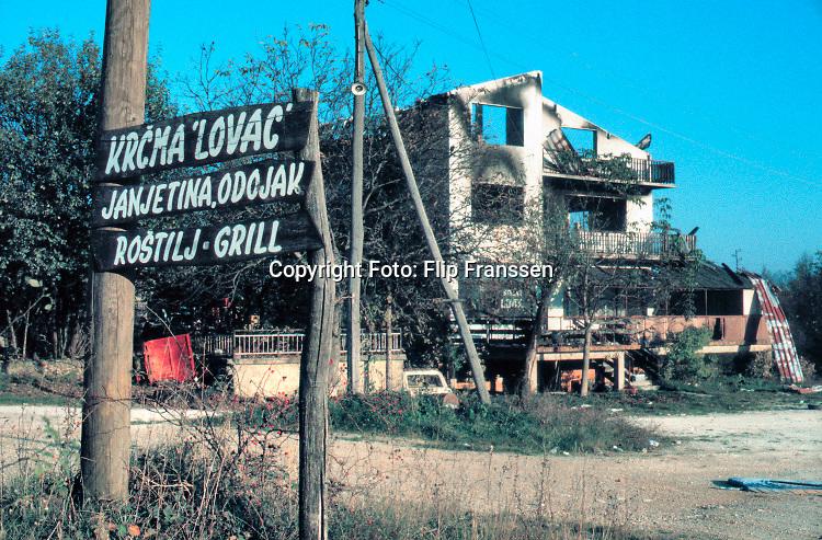 Joegoslavie, Kroatie, 20-10-1995  Grensgebied tussen kroatie en Bosnie . De Serviers zijn hier een paar weken geleden teruggedreven en de enclave Bihac is ontzet . Oorlogsschade .Foto: ANP/ Hollandse Hoogte/ Flip Franssen