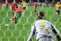 Fotball<br /> Treningskamp<br /> Portugal v Sverige<br /> 28. april 2004<br /> Foto: Digitalsport<br /> NORWAY ONLY<br /> <br /> PENALTY MISSING LUIS FIGO (POR) / ANDREAS ISAKSSON (SWE