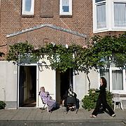 Nederland Rotterdam 19 september 2008 200800919 Foto: David Rozing ..Achterstandswijk Bloemhof Rotterdam Zuid. .2 moslima's voor deuropening, buren van elkaar, praten met elkaar en genieten van herfstzon ..Foto David Rozing