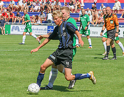 FODBOLD: Niels Peter Kjølbye (NKF) presses af Jonas Rohrberg (Helsingør) under kampen i Kvalifikationsrækken, pulje 1, mellem Elite 3000 Helsingør og Nivå-Kokkedal FK den 6. august 2006 på Helsingør Stadion. Foto: Claus Birch