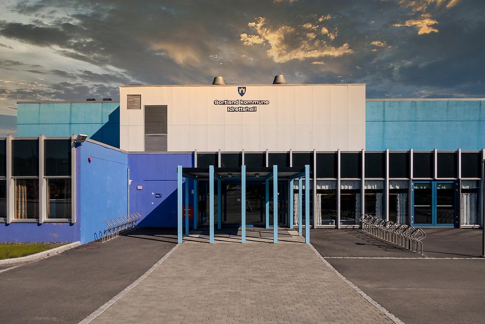 Sortland kommune idrettshall, Sortlandshallen, inneholder idrettshall og svømmehall med 25-meters basseng og plaske-basseng. Hallen har også skyterom.