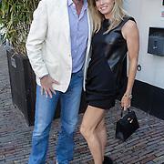 NLD/Naarden/20120422 - Inloop gasten verjaardagsfeest Monique des Bouvrie, Reinout Oerlemans en partner Danielle Overgaag