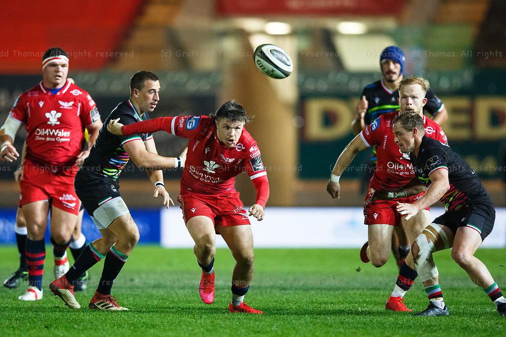 Llanelli, UK. 8 November, 2020.<br /> Scarlets winger Steff Evans chases the ball during the Scarlets v Zebre PRO14 Rugby Match.<br /> Credit: Gruffydd Thomas/Alamy Live News