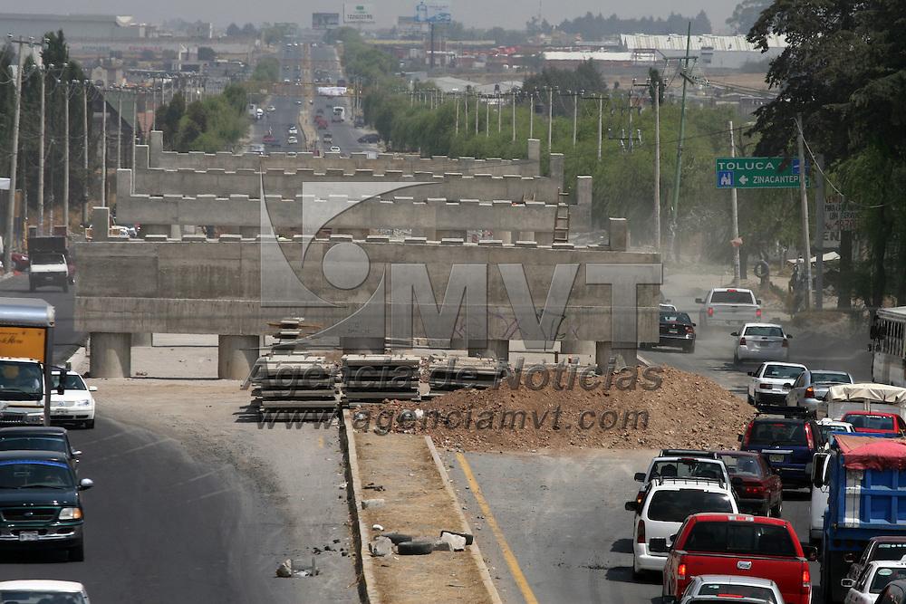 ZINACANTEPEC, México.- Las obras de la construcción del puente vehicular, en la Calzada del Pacífico se encuentran atrasadas, debido a la falta de presupuesto, siendo una obra de gobierno federal. Agencia MVT / José Hernández. (DIGITAL)
