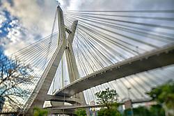 A Ponte Estaiada Octávio Frias de Oliveira é uma ponte estaiada localizada na cidade de São Paulo, estado de São Paulo, Brasil. A ponte, que faz parte do Complexo Viário Real Parque, é formada por duas pistas estaiadas em curvas independentes de 60º que cruzam o rio Pinheiros, no bairro do Brooklin, sendo a única ponte estaiada do mundo com duas pistas em curva conectadas a um mesmo mastro.  Foi inaugurada em 10 de maio de 2008, após três anos de construção, e hoje é um dos mais famosos cartões postais da cidade. FOTO: Jefferson Bernardes/Preview.com