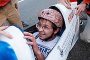 Calvin Moes in de Bluenose. Op woensdag wordt voor het eerst echt geracet, de dagen daarvoor was het weer te slecht. In Battle Mountain (Nevada) wordt ieder jaar de World Human Powered Speed Challenge gehouden. Tijdens deze wedstrijd wordt geprobeerd zo hard mogelijk te fietsen op pure menskracht. Ze halen snelheden tot 133 km/h. De deelnemers bestaan zowel uit teams van universiteiten als uit hobbyisten. Met de gestroomlijnde fietsen willen ze laten zien wat mogelijk is met menskracht. De speciale ligfietsen kunnen gezien worden als de Formule 1 van het fietsen. De kennis die wordt opgedaan wordt ook gebruikt om duurzaam vervoer verder te ontwikkelen.<br /> <br /> In Battle Mountain (Nevada) each year the World Human Powered Speed Challenge is held. During this race they try to ride on pure manpower as hard as possible. Speeds up to 133 km/h are reached. The participants consist of both teams from universities and from hobbyists. With the sleek bikes they want to show what is possible with human power. The special recumbent bicycles can be seen as the Formula 1 of the bicycle. The knowledge gained is also used to develop sustainable transport.