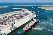 Nederland, Zuid-Holland, Rotterdam, 10-06-2015; <br /> Container Ship Le  Havre van APL (American President Lines) meert af aan de containerterminal van RWG (Rotterdam World Gateway), geassisteerd door twee sleepboten van Kotug. De vlet van de roeiers van de KRVE zorgt voor de trossen.<br /> Container Ship Le Havre APL (American President Lines) moors at the container terminal of RWG (Rotterdam World Gateway), assisted by two tugs Kotug.<br /> luchtfoto (toeslag op standard tarieven);<br /> aerial photo (additional fee required);<br /> copyright foto/photo Siebe Swart