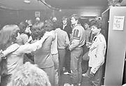 Nederland, Nijmegen, 15-1-1984In het gemeenschapshuis van het Waterkwartier is een feestavond georganiseerd om autochtone nederlanders in contact te brengen met allochtonen, gastarbeiders, mensen met een migratie achtergrond. Er werd gedanst op de muziek van een live bandje. Foto: Flip Franssen