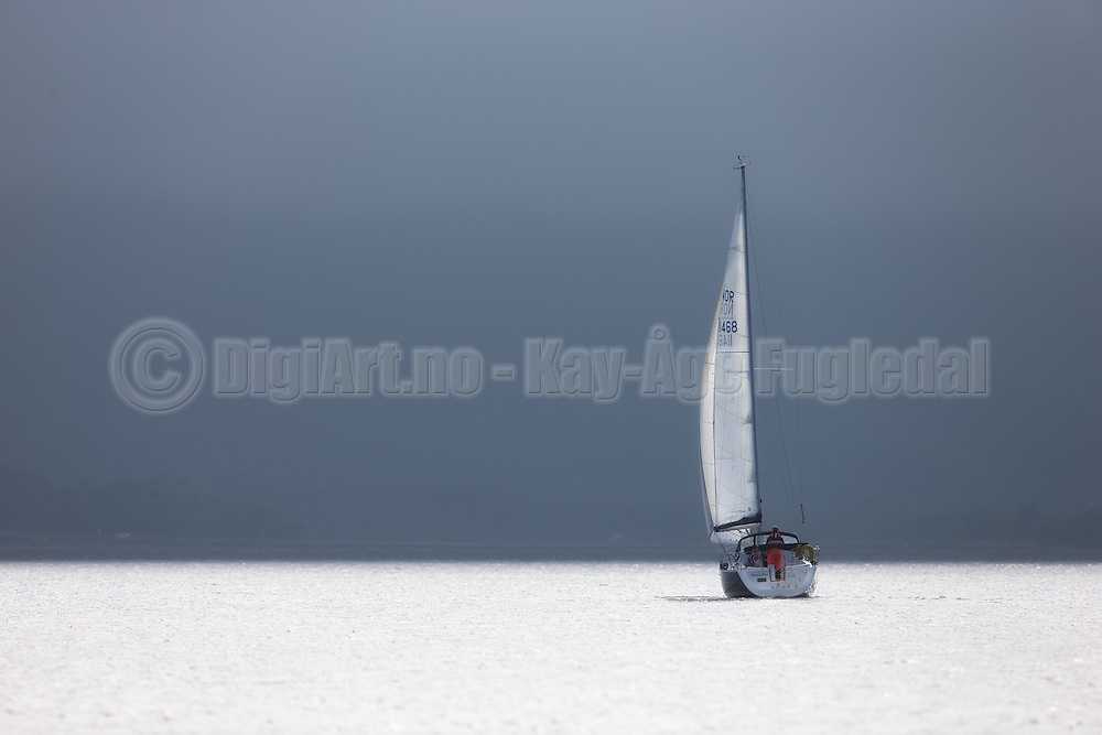 Sailboat sailing into the fog | Seilbåt som seiler inn i tåka.