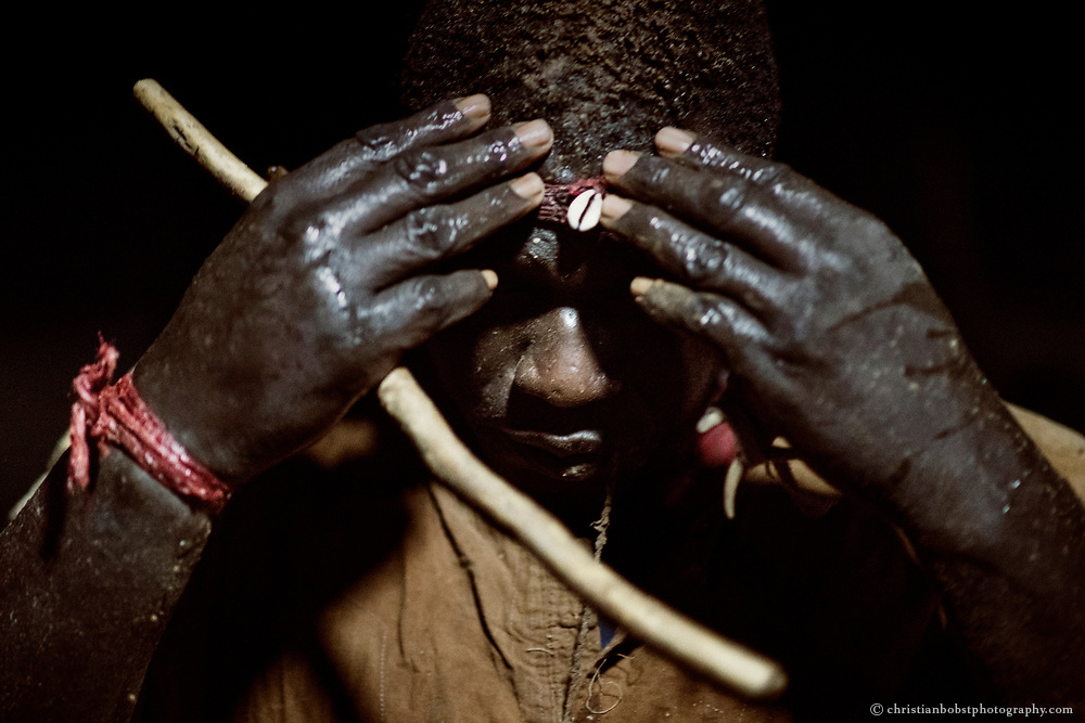 Februar 25 2018 – The wrestler Cheikhou Diouf wraps a Gris-gris amulet around his forehead when entering the arena during a small tournament on the countryside in the Region of Sine Saloum.