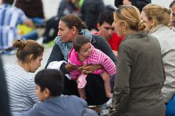 05.09.2015, Grenzbereich, Nickelsdorf, AUT, Flüchtlinge in Österreich angekommen, im Bild Mutter mit Kind // refugees arriving austria in Nickelsdorf on 2015/09/05, EXPA Pictures © 2015, PhotoCredit: EXPA/ Michael Gruber