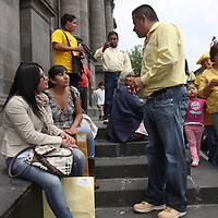 Toluca, México.- Gilberto Ortiz, candidato a la alcaldía de Toluca por el PRD salio a las calles de la capital mexiquense para invitar a votar por el este próximo 1 de julio. Agencia MVT / Crisanta Espinosa