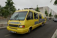 19 JUL 2002, BERLIN/GERMANY:<br /> Das Guidomobil, das Werbefahrzeug von Guido Westerwelle und der FDP im Bundestagswahlkampf 2002, vor dem Bundeskanzleramt<br /> IMAGE: 20020719-02-005<br /> KEYWORDS: Auto, Bus, Reisebus, Reisemobil, Autobus,