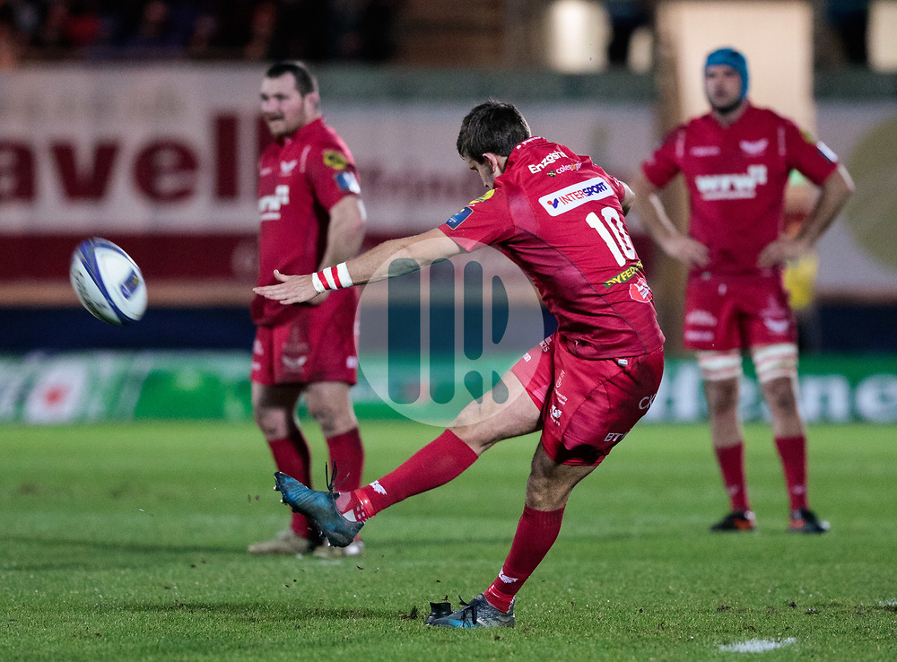 Scarlets' Dan Jones kicks a penalty<br /> <br /> Photographer Simon King/Replay Images<br /> <br /> European Rugby Champions Cup Round 6 - Scarlets v Toulon - Saturday 20th January 2018 - Parc Y Scarlets - Llanelli<br /> <br /> World Copyright © Replay Images . All rights reserved. info@replayimages.co.uk - http://replayimages.co.uk