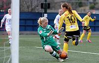 """Fotball<br /> 13. April 2013<br /> Toppserien<br /> Stemmemyren<br /> Sandviken - Lillestrøm 0 - 5<br /> Sandviken keeper Ane Fimreite (L) klarer ikke å stoppe<br /> Madeleine Giske (R) , Lillestrøm i å """"hæl flikke"""" ballen i bål<br /> Foto: Astrid M. Nordhaug"""
