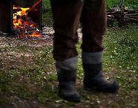 16.05.2015 Bialystok Muzeum Bimbrownictwa w Bialostockim Muzeum Wsi . Pokaz pedzenia samogonu w autentycznej lesnej scenerii . Kompletna bimbrownia  o wydajnosci 200 l alkoholu na dobe zostala zarekwirowana przez policje w Puszczy Knyszynskiej i przekazana muzeum n/z bimbrownik w gumofilacach fot Michal Kosc / AGENCJA WSCHOD
