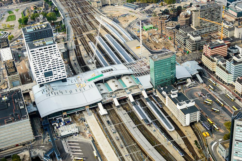 Nederland, Utrecht, Utrecht, 28-09-2014; Ontwikkeling van het Stationsgebied Utrecht - CU2030. Links naast de nieuwe overkapping het stadskantoor, rechts Hoog Catherijne en Catherijensingel.<br /> Developement of the new Station Area Utrecht.<br /> luchtfoto (toeslag op standard tarieven);<br /> aerial photo (additional fee required);<br /> copyright foto/photo Siebe Swart