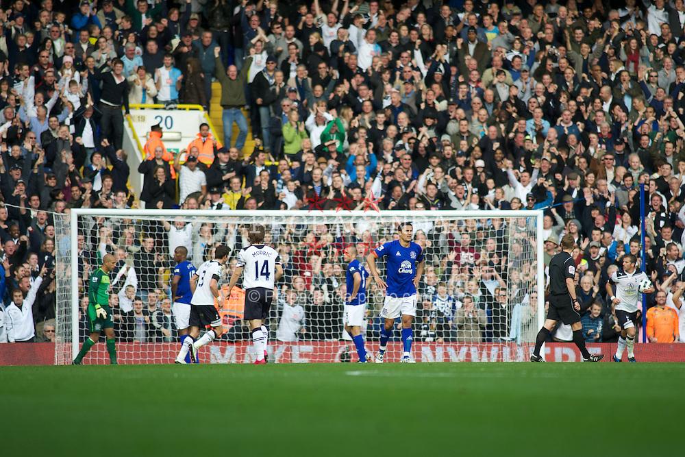 LONDON, ENGLAND - Saturday, October 23, 2010: Everton's players look dejected after Tottenham Hotspur's Rafael van der Vaart goal makes it 1-1 during the Premiership match at White Hart Lane. (Photo by Gareth Davies/Propaganda)