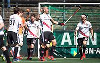 AMSTELVEEN  - Hockey -  1e wedstrijd halve finale Play Offs dames.  Amsterdam-Bloemendaal (5-5), Bl'daal wint na shoot outs. Justin Reid-Ross heeft gescoord uit een strafcorner. rechts Caspar Horn (A'dam)   COPYRIGHT KOEN SUYK