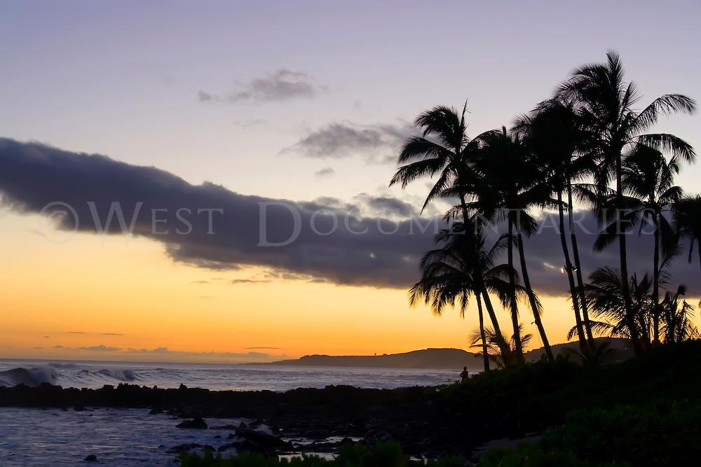 Beach sunset on Kaanapali Beach, Maui, Hawaii.