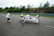 Aurelien Bonneteau van de universiteit Annecy aan het einde van zijn uurrecordpoging. In Duitsland worden op de Dekrabaan bij Schipkau recordpogingen gedaan met speciale ligfietsen tijdens een speciaal recordweekend.<br /> <br /> Aurelien Bonneteau of the university of Annecy finishes his hour record attempt. In Germany at the Dekra track near Schipkau cyclists try to set new speed records with special recumbents bikes at a special record weekend.