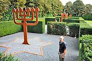 Nederland, Winssen, 10-9-2010Kunstenaar Huub Kortekaas in zijn tuin, de Tempelhof waarin veel eigen kunstwerken. Samen met zijn vrouw bedacht hij de wandelroute, pelgrimsroute de Walk of Wisdom door het rijk, de omgeving, regio, van Nijmegen.Foto: Flip Franssen