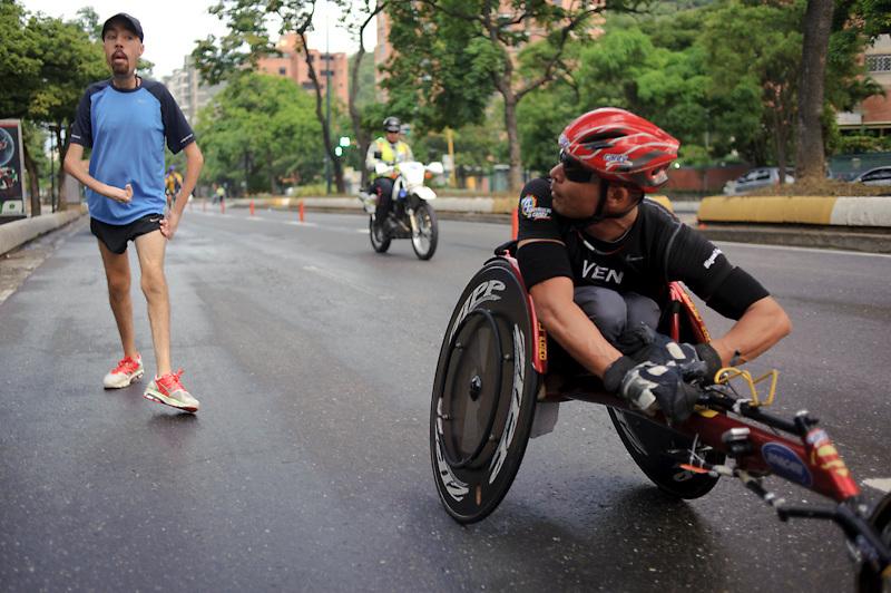 Maickel Melamed se saluda con un corredor discapacitado que participa en la carrera 21K de Plaza´s. El entramiento fue de 26KM como preparacion para el Maraton de NY 2011.