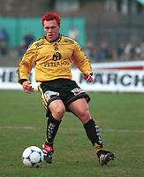 99052004: Jerry Månsson, Moss, med ballen under kampen mot Stabæk på Nadderud i 23. april 1999. (Foto: Peter Tubaas)