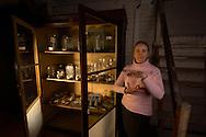 DEU, Deutschland: Dr. Sabine Hackethal, Spezialistin für Modelle, diese Glasmodelle stammen aus dem Werk der naturwissenschaftlichen Glaskünstler Leopold Blaschka (1822-1895) und Sohn Rudolf Blaschka (1857-1939). Zwischen 1863 und 1890 entstanden in der Dresdner Werkstatt tausende Glasmodelle wirbelloser Meerestiere, die ihren Weg in Museen und Universitäten der ganzen Welt fanden. Diese Nachbildungen verblüffen bis heute, denn sie sind morphologisch fehlerfrei und halten naturwissenschaftlichen Betrachtungen bis ins Detail stand - die perfekte Verschmelzung von Kunst und Naturwissenschaft. Die Blaschkas hatten keine Lehrlinge und es gibt keine weiteren Nachfahren. Vater und Sohn haben das Geheimnis ihrer einzigartigen Technik mit ins Grab genommen, Blaschka-Sammlung im Museum für Naturkunde, Humboldt Universität Berlin | DEU, Germany: Doctor Sabine Hacketal, exwert for models, these glass models originated from the work of the scientific glass artists Leopold Blaschka (1822-1895) and his son Rudolf Blaschka (1857-1939). Between 1863 and 1890 thousands of glass models of invertebrates sea animals developed in the workshop in Dresden, which found their way in museums and universities of the whole world. These reproductions amaze until today, because they are morphologically exact and withstand scientific examinations in detail - the perfect fusion of art and natural science. The Blaschkas didn?t have apprentices and it gives no further descendants. Father and son took the secret of their inimitable technology also in the grave, Blaschka-collection, Museum For Natural Science, Humboldt University, Berlin |