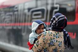 14.09.2015, Hauptbahnhof Salzburg, AUT, Fluechtlinge am Hauptbahnhof Salzburg auf ihrer Reise nach Deutschland, im Bild eine Flüchtlingsmutter mit Kind steigt in eien Railjet nach Muenchen ein // a refugee mother with child gets into a Railjet a to Munich. Thousands of refugees fleeing violence and persecution in their own countries continue to make their way toward the EU, Main Train Station, Salzburg, Austria on 2015/09/14. EXPA Pictures © 2015, PhotoCredit: EXPA/ JFK