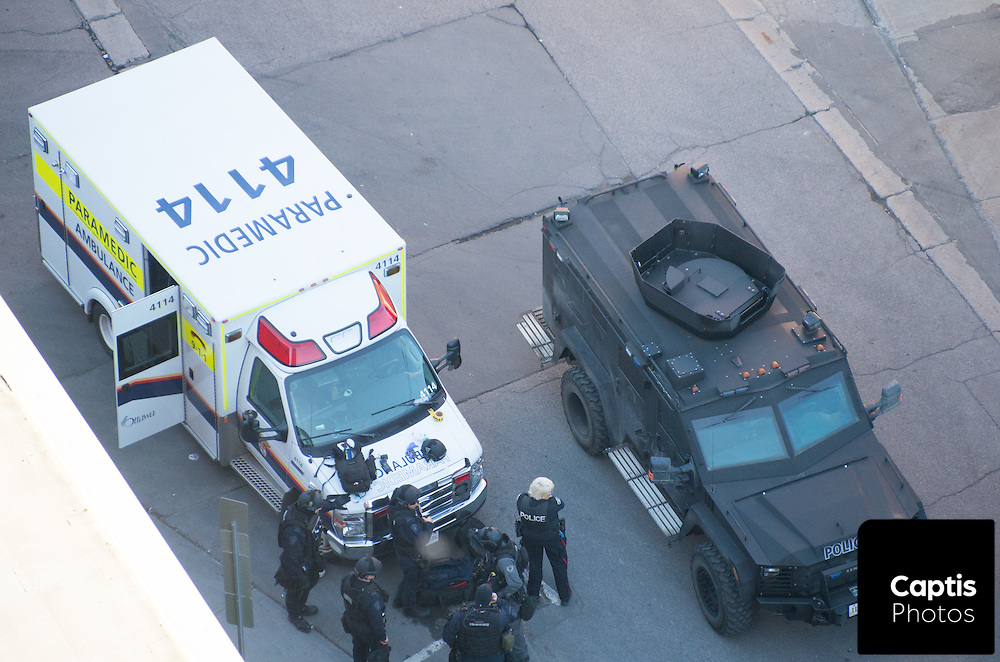 Tactical officers with the Ottawa Police respond to situation involving someone barricaded in a residence possibly armed with a knife at the intersection of Bank and Maclaren. June 2, 2015.<br /> Captis Photos/Brendan Montgomery