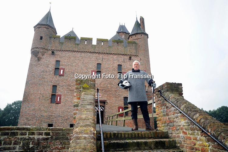 Nederland, Doornenburg, 24-9-2010  Zanger Ernst Daniel Smid poseert voor het kasteel Doornenburg voor een publiciteitscampagne ter bevordering van het toerisme in de regio .Foto: ANP/ Hollandse Hoogte/ Flip Franssen