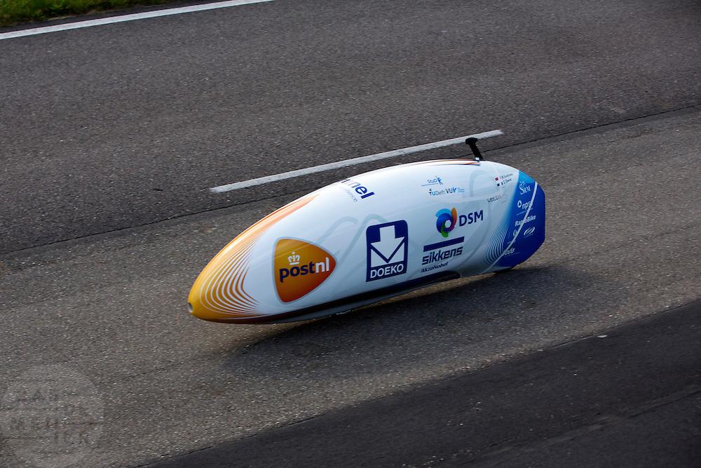 Op de RDW baan bij Lelystad maakt de nieuwe fiets van het Human Powered Team Delft en Amsterdam, de VeloX3, de eerste echte testmeters zonder beschermend pak. Met de speciale ligfiets wil het team dat bestaat uit studenten van de TU Delft en de VU Amsterdam het wereldrecord fietsen verbreken. Dat staat nu op 133 km/h.<br /> <br /> At the RDW test track near Lelystad the new bike of the Human Powered Team Delft and Amsterdam, the VeloX3, is making its first meters without protection cover. With the special recumbent bike the team, consisting of students of the TU Delft and the VU Amsterdam, wants to set a new world record cycling. The current speed record is 133 km/h.