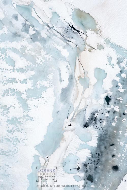 Schmelzstrukturen in Schnee und Eis bei einem noch zugefrorenen Bergsee im Val d'Err aus der direkten Vogelperspektive; Surses, Graubünden, Schweiz / <br /> <br />  Melt structures in snow and ice in a still frozen mountain lake in the Val d'Err from a direct bird's eye view; Surses, Graubünden, Switzerland