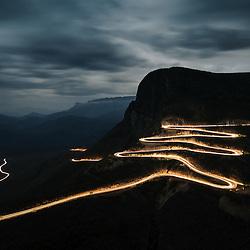 Serra da Leba - foto nocturna, longa exposição. A Serra da Leba pertence uma formação montanhosa na província da Huíla, em Angola. Localizada perto da cidade do Lubango, a Serra da Leba é famosa pela altitude, pela sua beleza e também pela estrada que a serpenteia.