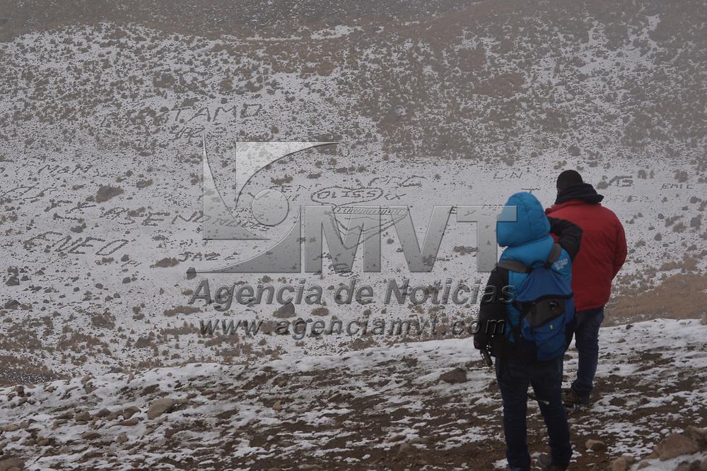ZINACANTEPEC, México.- (Enero 25, 2018).- Turistas de diversos municipios del Estado de México, y de entidades vecinas como la Ciudad de México, Querétaro y Michoacán, arribaron este jueves a la parte alta del volcán Xinantécatl, para disfrutar del paisaje y ambiente invernal que dejó la segunda nevada del año. Agencia MVT / Crisanta Espinosa.