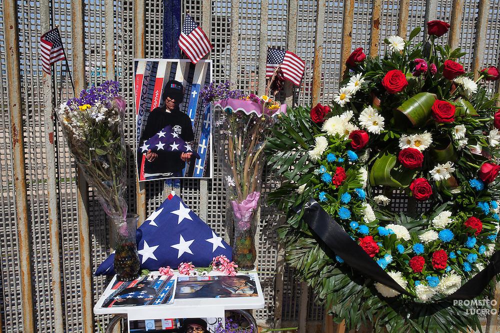 En el muro fronterizo entre México y Estados Unidos en Tijuana, una ceremonia de honor recuerda al veterano Gonzalo Chaidez, nacido en Durango y con residencia en Chicago, quien murió el 10 de marzo de 2015 por tuberculosis en Tijuana, a los 64 años. Había sido deportado en 2011, a avanzada edad. Su madre recibió sus cenizas en San Ysidro, California. (Foto: Prometeo Lucero)