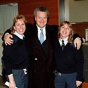 NLD\Rotterdam\19980118 - Advocaat Bram Moszkowics samen met 2 vrouwelijke parketwachten bij de rechtbank in Den Haag voor de rechtzaak van Franklin Brown