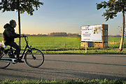 Nederland, Ooijpolder, 6-11-2020 Bewoners bouwen een stellage voor een protest spandoek tegen de voorgenome bouw van een mega zonnepark van 180 ha. door de gemeente Berg en Dal . Het zonneveld moet tussen de dorpen Leuth, Kekerdom en Millingen aan de Rijn komen en veel inwoners vinden de plannen te ambitieus en de oppervlakte groot . Foto:  Flip Franssen
