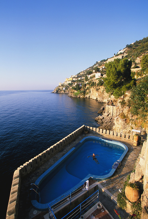 Europe, Italy, Salerno, Amalfi Coast, swimming pool at hotel on cliff over the Tyrrhenian Sea