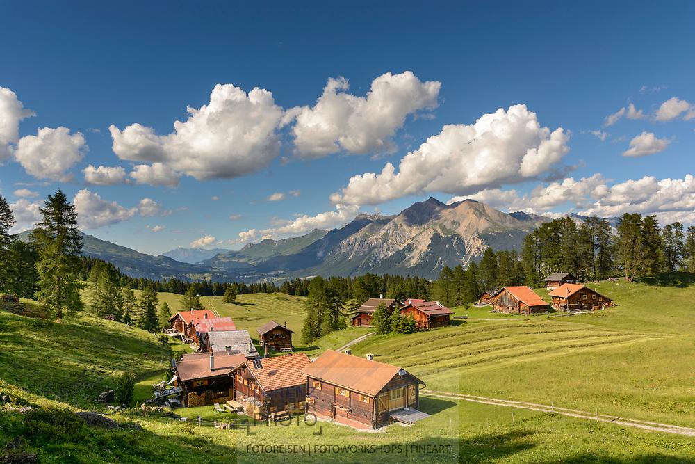 Das Maiensäss Ratitsch oberhalb Salouf mit Lenzerhorn, Parc Ela, Graubünden, Schweiz<br /> <br /> Alpine huts at Ratitsch above Salouf, Parc Ela, Grisons, Switzerland