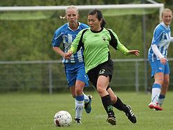 FODBOLD: Maria Johansen (Taastrup FC) følges af Britta Olsen (OB) under kampen i 3F Ligaen mellem Taastrup FC og OB den 12. maj 2012 i Taastrup Idrætspark. Foto: Claus Birch